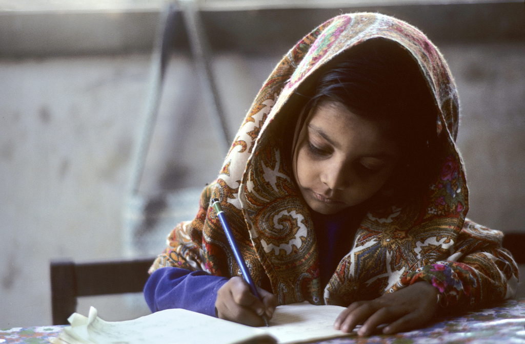 Ritratto di una scolara pachistana. Una bambina fa i suoi compiti, Karachi, Pakistan.