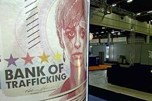 Un poster anti-tratta presso l'Helsinki Fair Centre il 30 novembre 2008, dove sono i corso i preparativi per il 16° Consiglio ministeriale OSCE