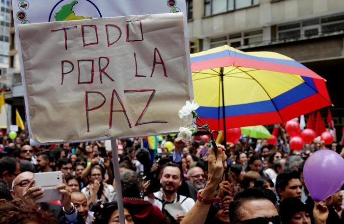 Colombia, immagine raffigurante il popolo colombiano manifestare per un processo di costruzione della pace