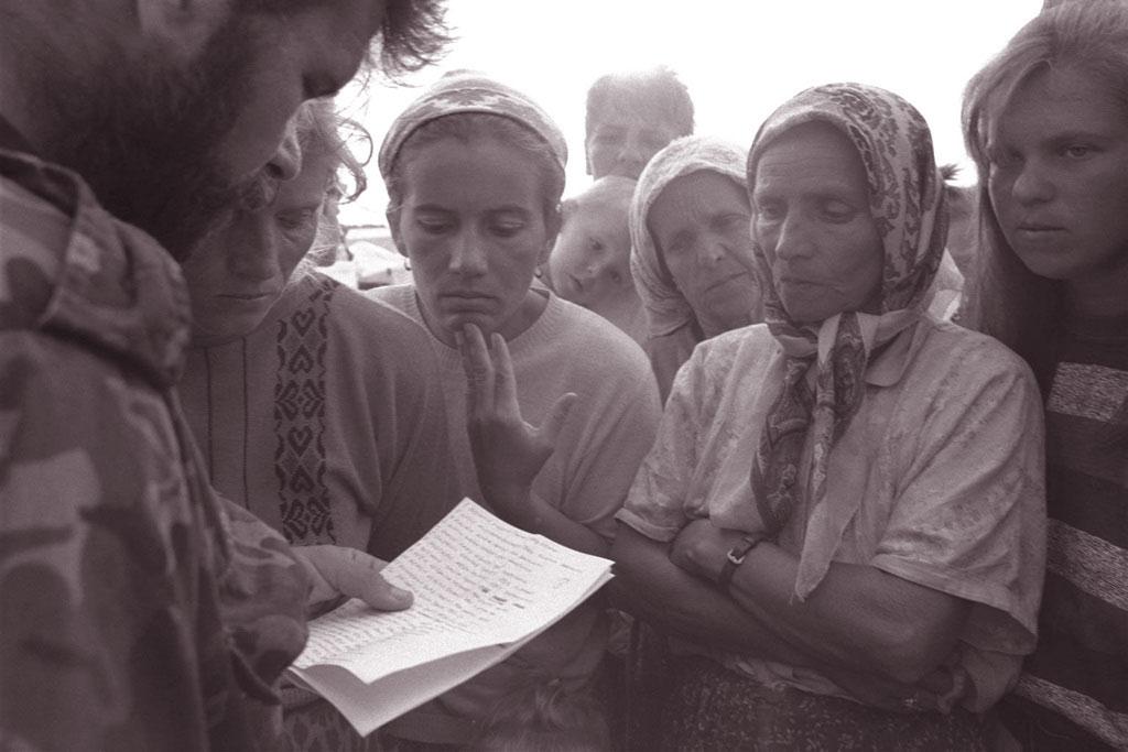 Nel 1995, un soldato governativo legge i nomi dei soldati che sono fra i superstiti o fuoriusciti dalla città caduta di Srebrenica