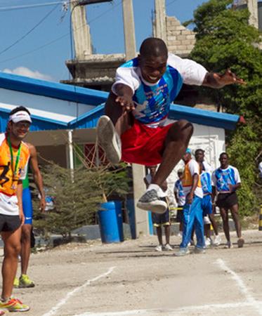 Un ragazzo haitiano durante la gara di salto in lungo nella giornata degli sport per la pace a Port-au-Prince. La giornata degli sport era stata organizzata dalla missione di stabilizzazione delle Nazioni Unite a Haiti (MINUSTAH) insieme con l'Ambasciata brasiliana e l'organizzazione non governativa Viva Rio.