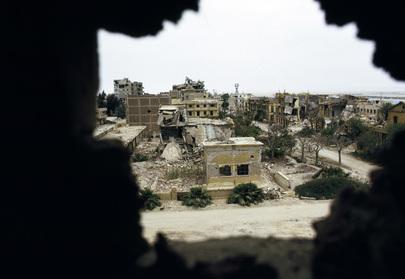 Una suggestiva vista sulla città di Suez, osservata attraverso il buco in un muro appartenente ad un edificio distrutto durante i bombardamenti di fine anni '60.