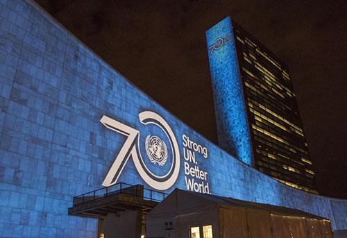 Nazioni Unite, 70° anniversario, Palazzo di vetro illuminato di azzurro Nazioni Unite