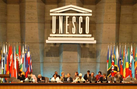 Tavolo dei relatori durante una sessione dell'Assemblea Generale dell'UNESCO nel 2003.