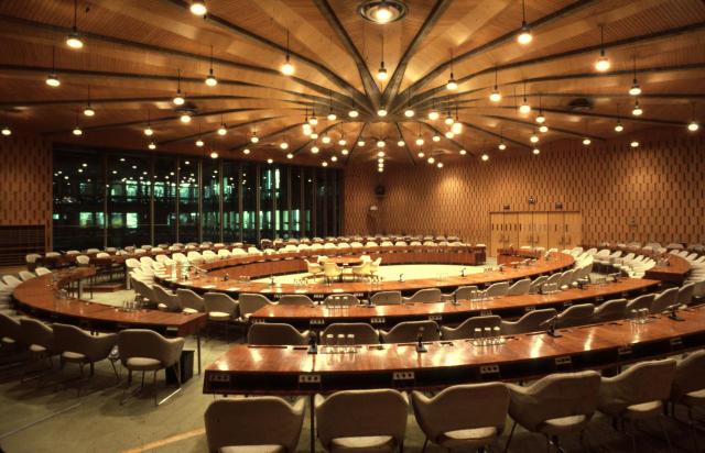 Foto della sala X, avente forma circolare, a palazzo Fontenoy, quartier generale dell'UNESCO a Parigi.