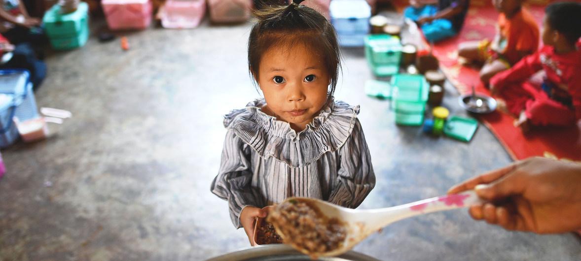 I bambini delle scuole locali consumano i pasti in una scuola elementare nel distretto di Xay, nella Repubblica democratica popolare del Laos.