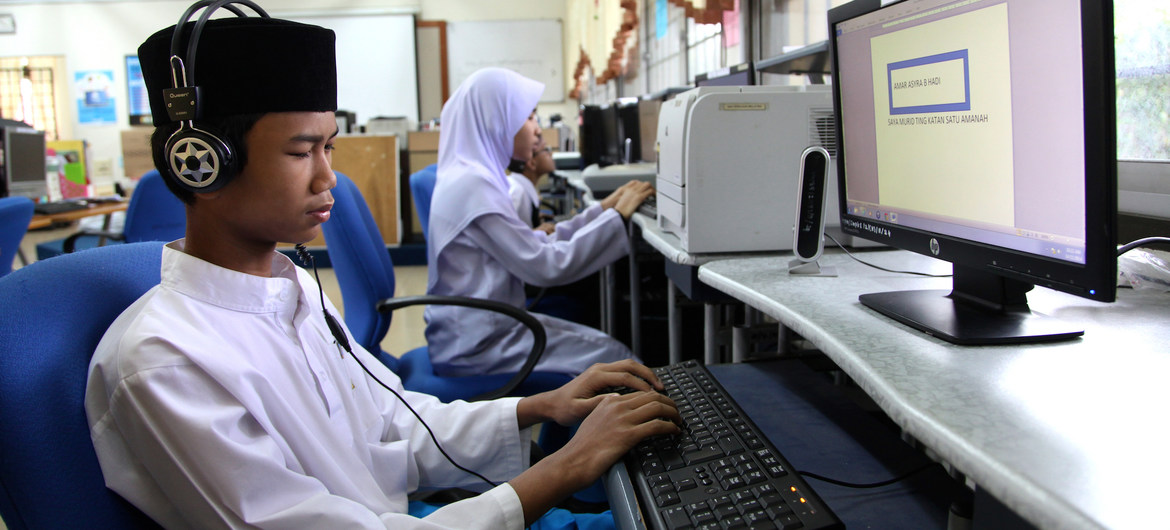 Un adolescente utilizza un software text-to-speech per far funzionare un computer in una scuola speciale di Kuala Lumpur, in Malesia.