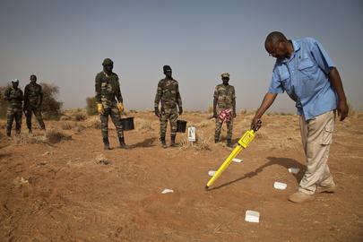 Un Operatore del TDI - The Development Initiative - testa un localizzatore magnetico di mine anti-uomo