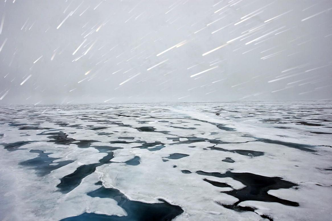 """Vista dei ghiacci polari, che si sciolgono, a bordo della nave della guardia costiera norvegese, la """"KV Svalbard"""", durante una visita del Segretario generale Ban Ki-moon al Polo per toccare con mano l'impatto del cambiamento climatico sugli icebergs e sui ghiacciai."""