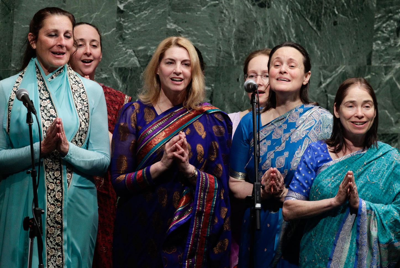 Le cantanti del gruppo Sri Chinmoy Peace Meditation alle Nazioni Unite.