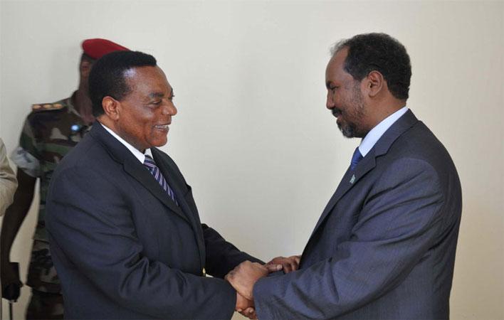 Augustine Mahiga, Rappresentante Speciale del Segretario Generale delle Nazioni Unite in Somalia (a destra) stringe la mano al il neo-eletto Presidente del Paese, Hassan Sheikh Mohamud.