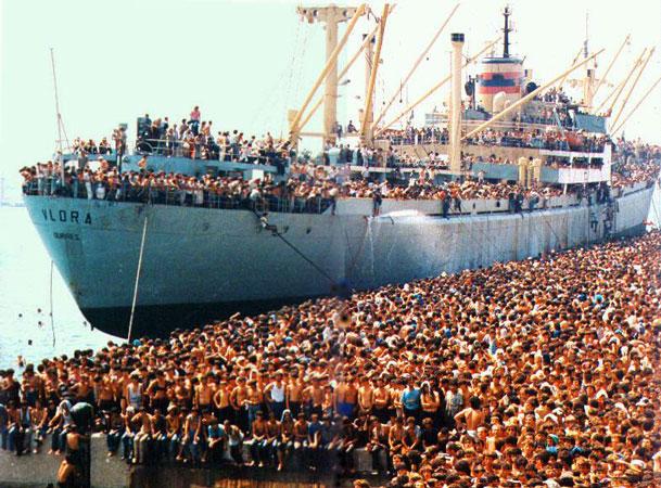 L'approdo di 20.000 cittadini albanesi a Bari a bordo della nave Vlora, l'8 agosto 1991