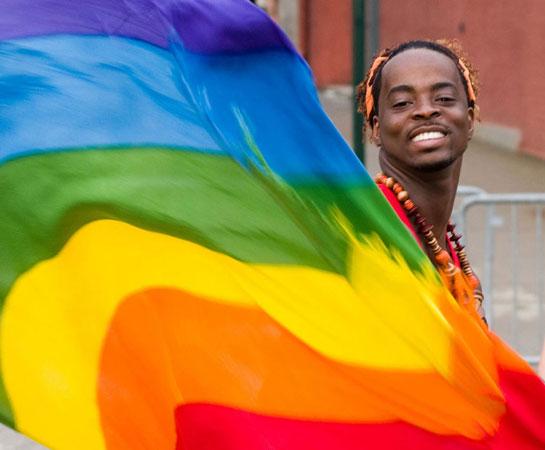 Un attivista sventola una bandiera arcobaleno, il simbolo internazionale dei diritti degli omosessuali