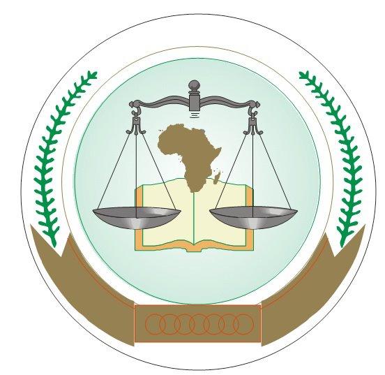 Una bilancia, un libro e la mappa del continente africano all'interno di due cerchi contornati da foglie di palma, in basso cerchi rossi concentrici