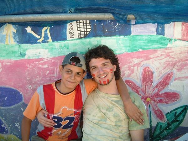 Il pacifista italiano Angelo Frammartino con un bambino palestinese, 2006