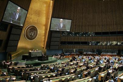 Ampia vista della Sala dell'Assemblea Generale delle Nazioni Unite, con due maxischermi ai lati del tavolo relatori, New York (USA)