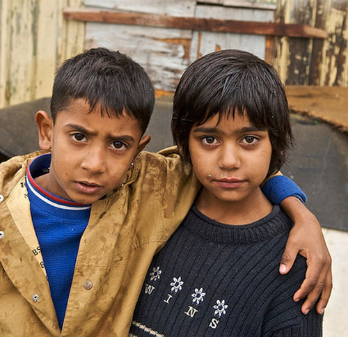 "due bambini Rom abbracciati, campagna ""Dosta!"", 2007"
