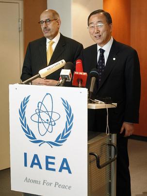 Il Segretario Generale dell'ONU Ban Ki Moon (a destra)con l'ex Direttore generale di IAEA El Baradei (a sinistra), parlano ai giornalisti presso l'ufficio delle Nazioni Unite di Vienna, 2007