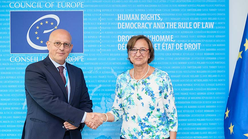 Gabriella Battaini Dragoni, Vice Segretario generale del Consiglio d'Europa e l'Ambasciatore Michele Giacomelli, Rappresentante permanente d'Italia presso il Consiglio d'Europa si stringono le mani