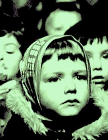 Bambina in primo piano con alle spalle altri bambini