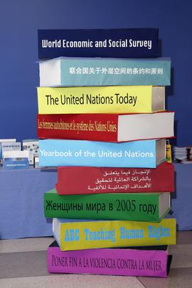 """Pila di libri pubblicati dalle Nazioni Unite, esposti in formato gigante per uno stand in occasione dell'evento """"UN Book Days"""" (New York, 2008)"""