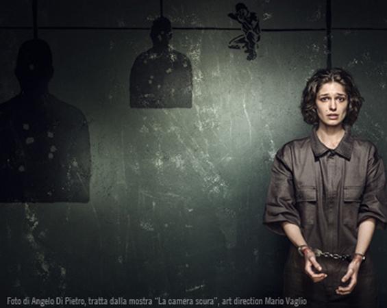 Donna ammanettata nell'oscura camera di una prigione
