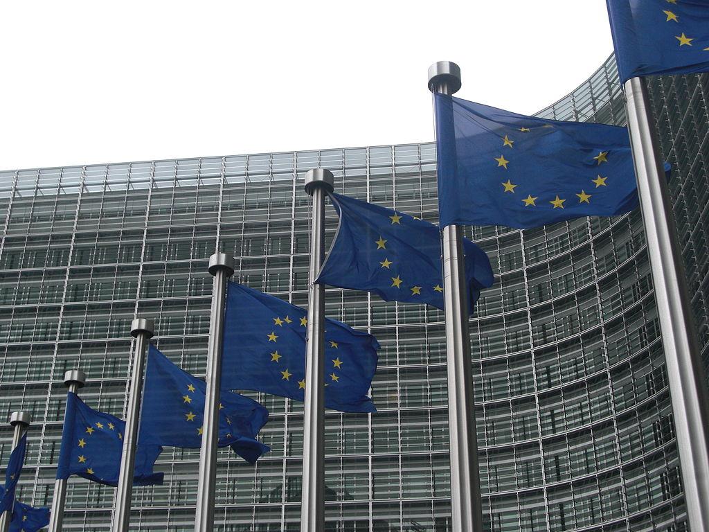 Bandiere dell'Unione Europea davanti al palazzo della Commissione europea a Bruxelles.