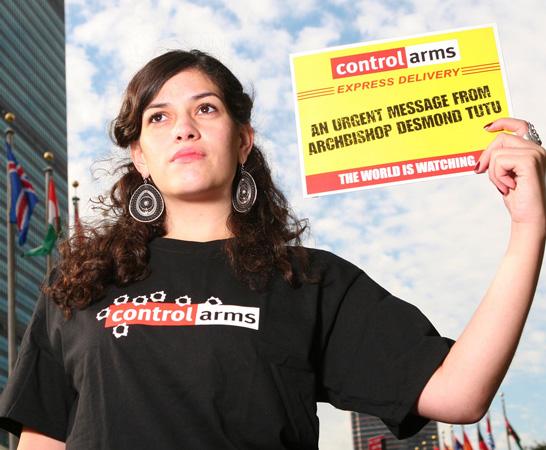 """Attivisti della Campagna internazionale """"Control Arms"""" di fronte alla sede delle Nazioni Unite, New York, 2009"""
