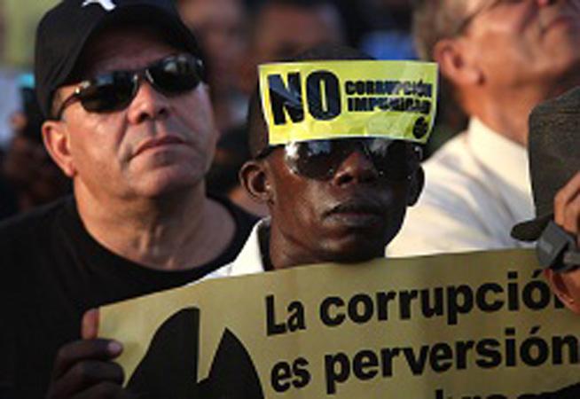 uomo ad una manifestazione contro la corruzione