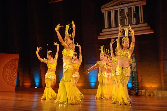 Gruppo di danzatrici cinesi durante un concerto per persone con disabilità tenutosi presso la sede dell'UNESCO a Parigi (Francia).