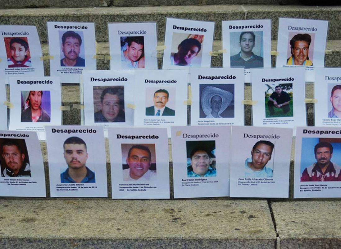 Fotografie di vittime di sparizioni forzate posizionate dalle loro madri e dai familiari, 2012, Città del Messico