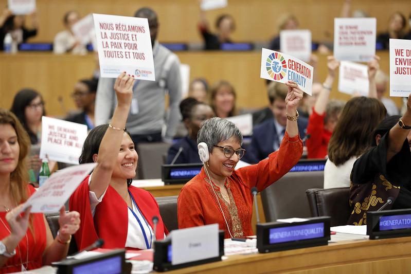 L'immagine mostra due donne durante una riunione del Generation Equality Forum