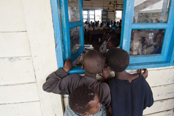 Bambini Congolesi guardano all'interno di un'aula
