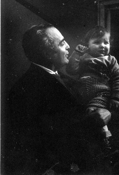 Foto d'epoca di don Alfredo Nesi con un allievo del Villaggio scolastico di Corea (Livorno)
