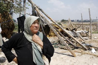 Una donna libanese osserva i resti del proprio villaggio distrutto dai bombardamenti avvenuti durante il conflitto