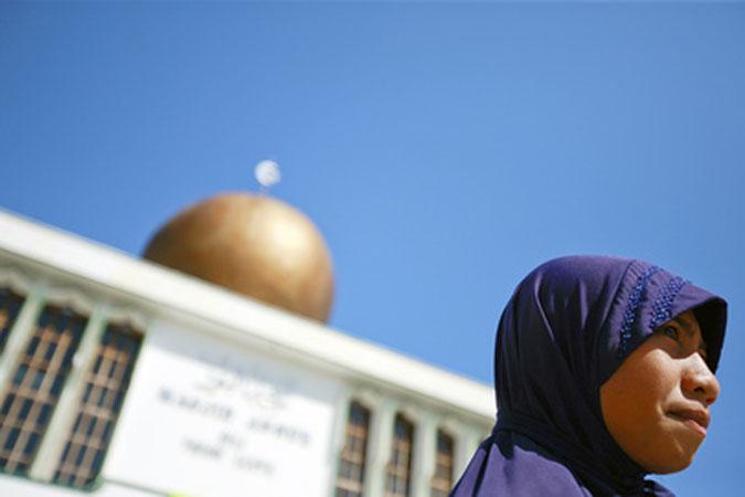 Una donna musulmana di fronte alla moschea An-Nur, la più grande di Timor est.