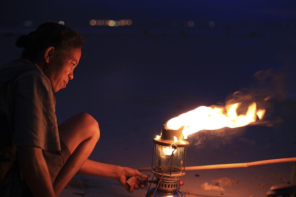 Donna di Timor Leste pesca al tramonto