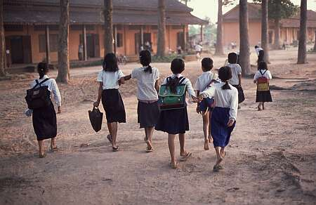 Alunne cambogiane si dirigono verso la scuola