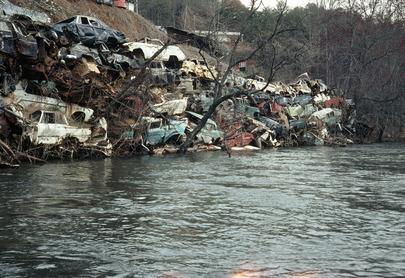 Delle macchine in disuso e impilate in un rottamaio, un'esempio dell'inquinamento ambientale negli Stati Uniti. Great Smokey Mountains (o Grandi Montagne Fumose), Carolina del Nord, 1 gennaio 1975.