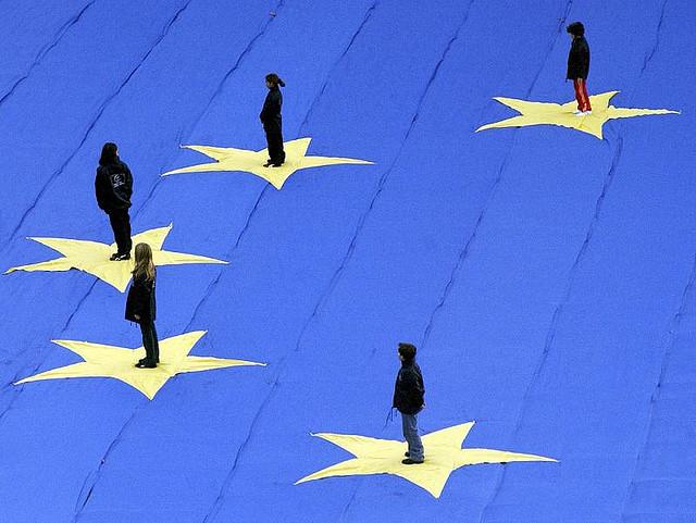 Particolare di una bandiera europea gigante, con un bambino posto sopra ciascuna delle dodici stelle, davanti alla sede del Consiglio d'Europa, 2005