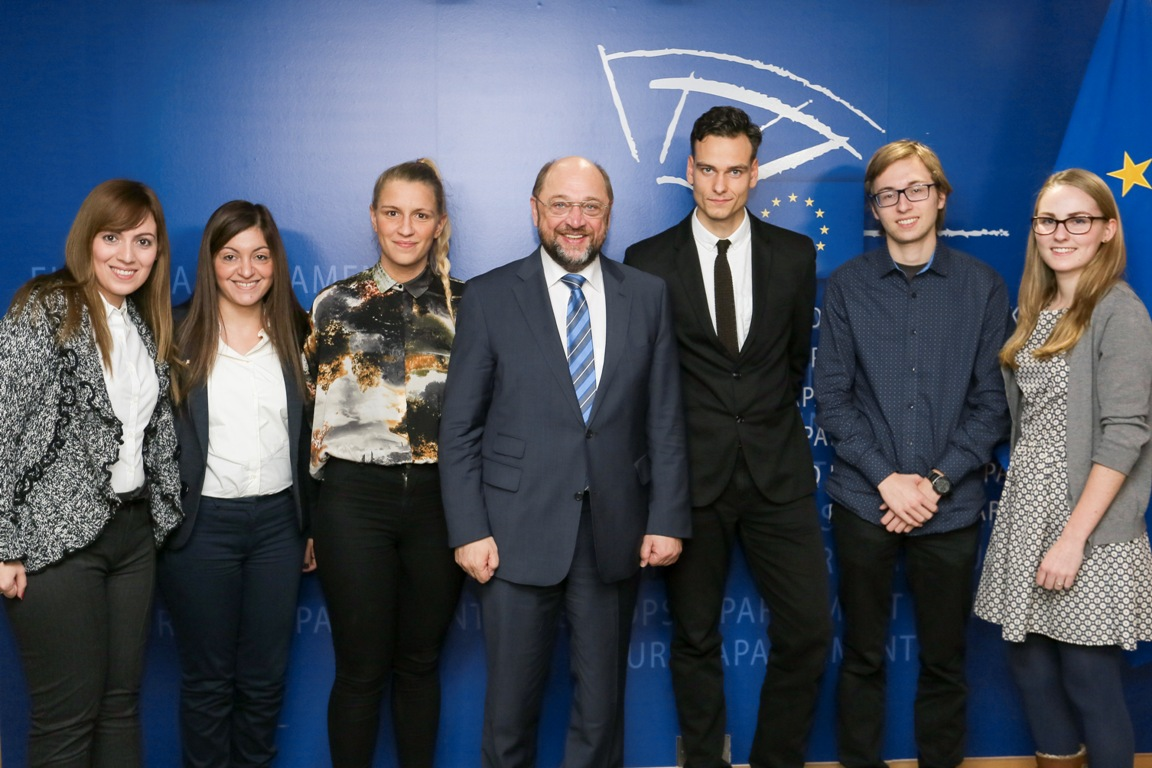 Martin Schulz, Presidente del Parlamento Europeo, e i vincitori del Premio Carlo Magno della gioventù 2014