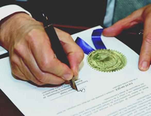 La firma di un documento dell'Organizzazione degli Stati Americani
