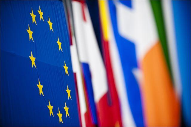 Una moltitudine di colori formata dalle bandiere al Parlamento Europeo di Strasburgo