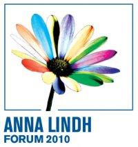 Logo ufficiale del Forum Anna Lindh 2010 per il dialogo interculturale nell'area euromediterranea. Ritrae una margherita stilizzata con i petali di colori diversi.