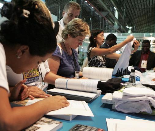Atttivisti della società civile lavorano alla preparazione di un documento durante i lavori del World Urban Forum 5, Rio de Janeiro, 2010