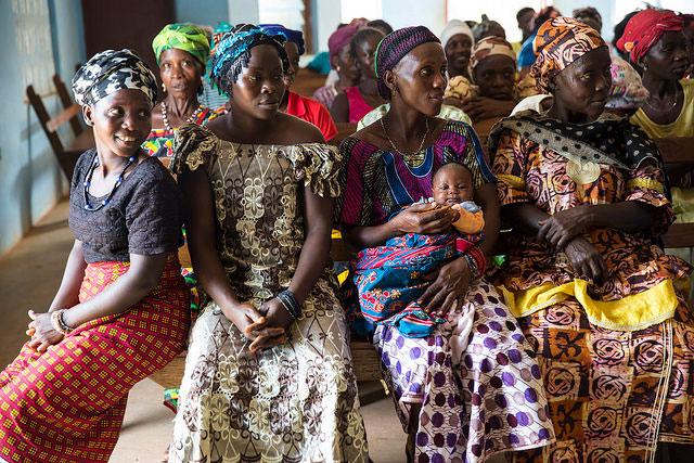 Donne partecipano ad un incontro del gruppo di mobilitazione sociale a Lester Road, Freetown (Sierra Leone)