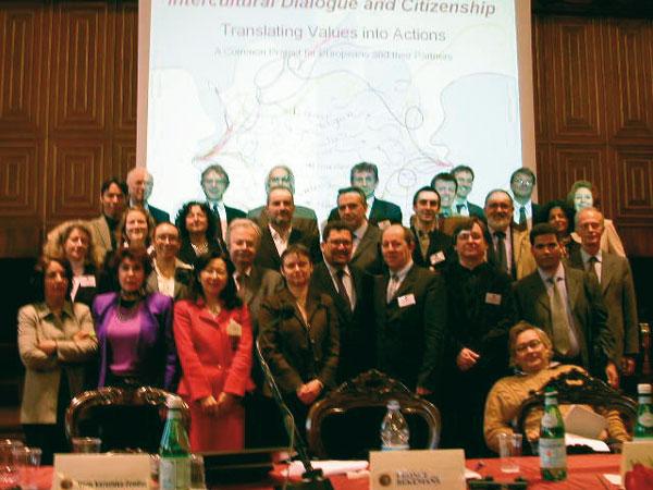 """Conferenza internazionale """"Dialogo interculturale per lo sviluppo di una nuova (plurale, democratica) cittadinanza"""". Università di Padova, Aula Magna 'G. Galilei', 2-3 marzo 2007. Foto del gruppo dei partecipanti."""