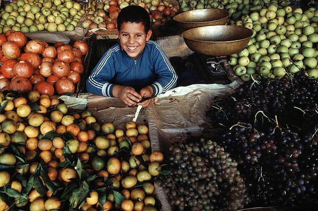 Un bambino venditore di frutta a Casablanca (Marocco), 1979