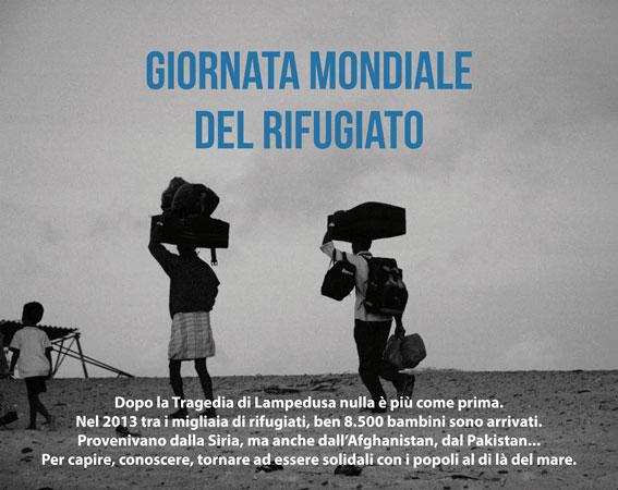 Famiglia di profughi in cammino che trasporta tutti i propri averi in pochi bagagli