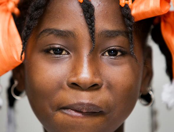 Ritratto di una ragazza haitiana durante la distribuzione del cibo da parte dei peacekeepers peruviani dell' ONU a Port-au-Prince, Haiti. 2008